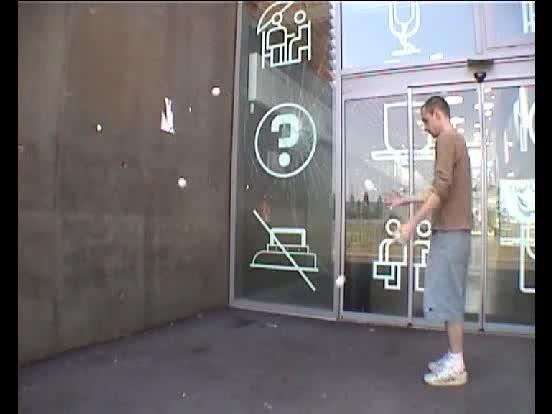 5 balles contre un mur
